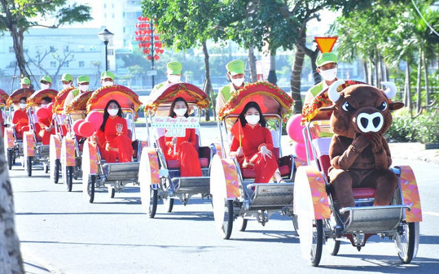 A cyclo parade kicks off the New Year 2021 Festival in Da Nang on December 29, 2020. (Photo: NDO/Anh Dao)