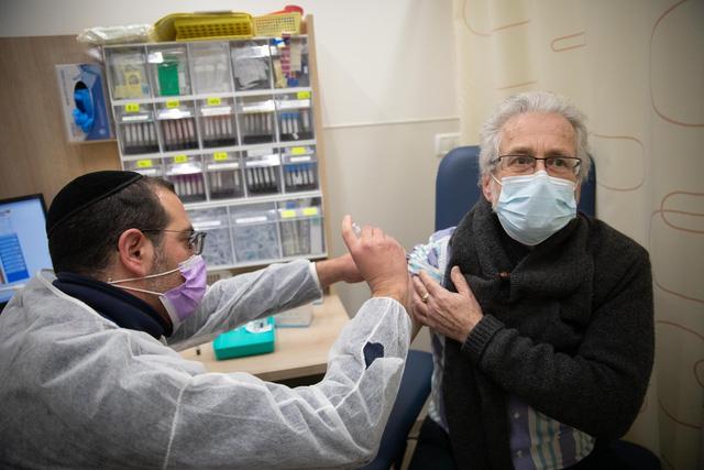Hàng trăm người dân Israel mắc COVID-19 dù đã tiêm vaccine - Ảnh 1.