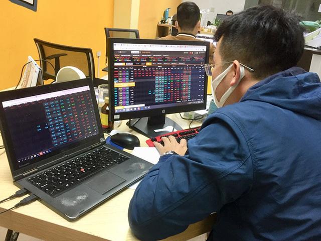 Chứng khoán rung lắc mạnh, nhà đầu tư vẫn ồ ạt mở tài khoản - Ảnh 2.