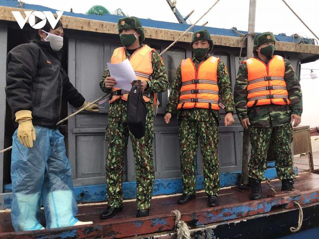 Cấm tàu thuyền hoạt động trên sông biên giới Móng Cái - Ảnh 1.