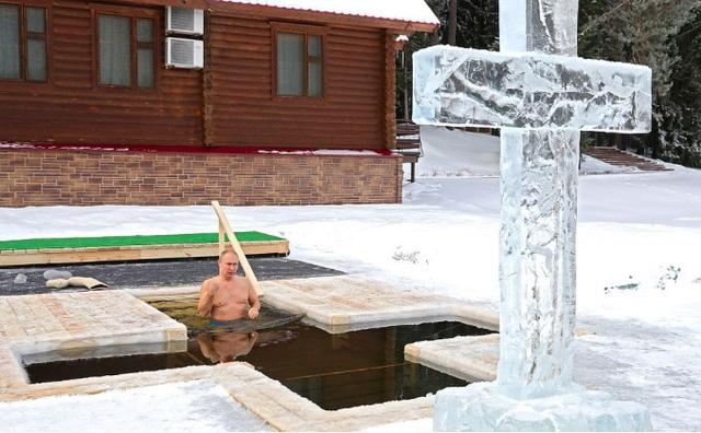 Tổng thống Nga thực hiện nghi lễ ngâm mình dưới hồ nước băng giá - Ảnh 1.