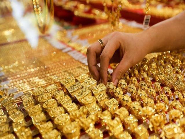 Giá vàng trong nước tăng mạnh, đắt hơn thế giới gần 5 triệu đồng/lượng - Ảnh 1.