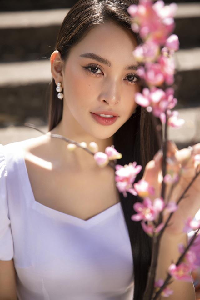 Hoa hậu Tiểu Vy đẹp tinh khôi với áo dài Tết - Ảnh 7.