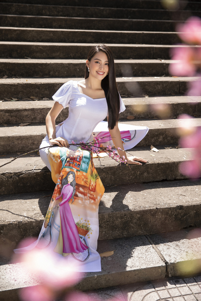 Hoa hậu Tiểu Vy đẹp tinh khôi với áo dài Tết - Ảnh 9.