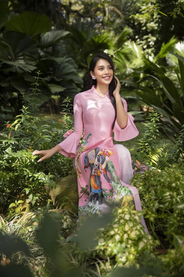 Hoa hậu Tiểu Vy đẹp tinh khôi với áo dài Tết - Ảnh 2.