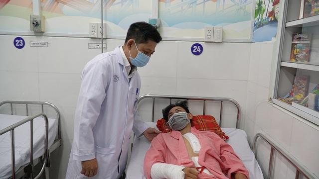14 tiếng phẫu thuật cứu bệnh nhân vỡ tạng rỗng, vỡ eo động mạch nguy kịch - Ảnh 1.