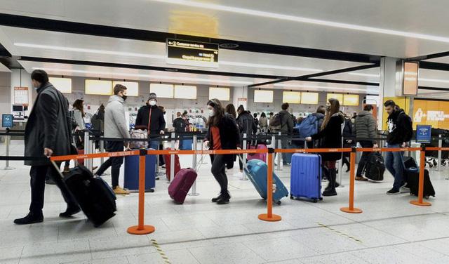 Du khách tới Mỹ sẽ phải cách ly ngay khi đến sân bay - Ảnh 1.
