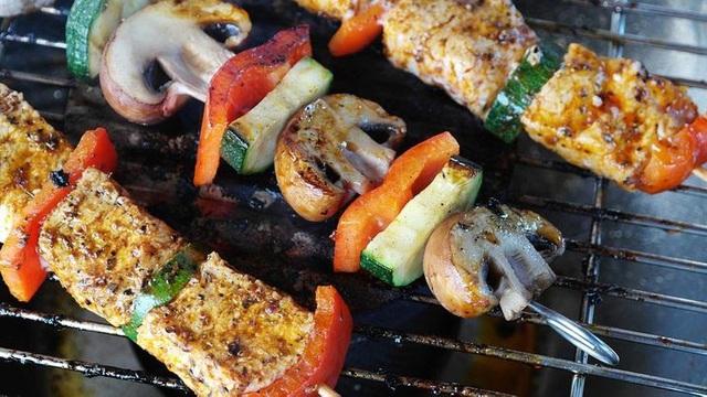 8 thực phẩm không nên hâm nóng bằng lò vi sóng - Ảnh 4.