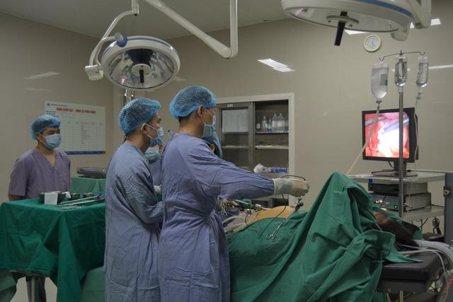 Phẫu thuật cắt túi mật hóa đá và u bì buồng trứng cho một bệnh nhân - Ảnh 1.