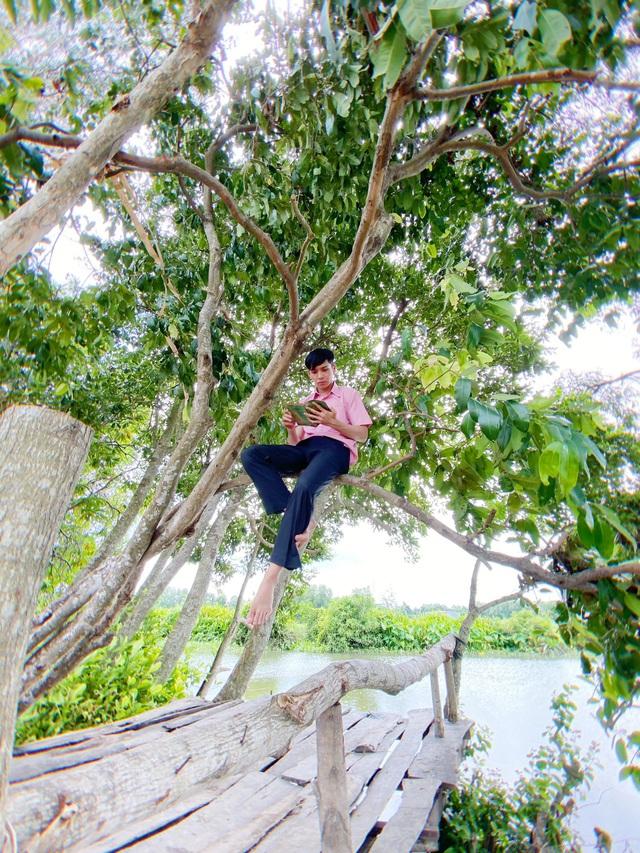 Bạch Công Khanh gặp khó với cảnh té sông ở phim Ngày em đến - Ảnh 1.