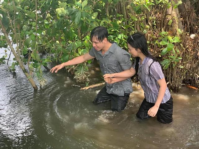 Bạch Công Khanh gặp khó với cảnh té sông ở phim Ngày em đến - Ảnh 3.