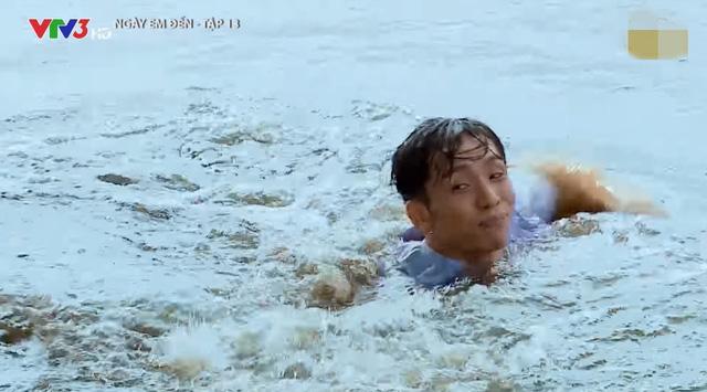 Bạch Công Khanh gặp khó với cảnh té sông ở phim Ngày em đến - Ảnh 2.