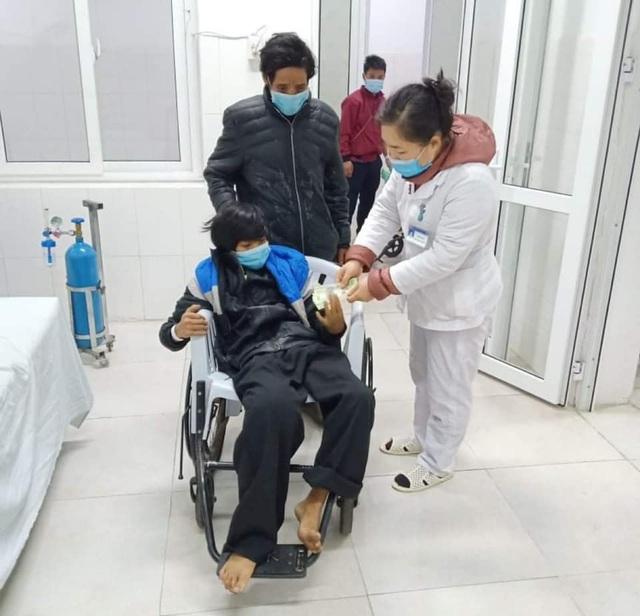 Không có tiền điều trị, bé người Mông mắc u xương ngày càng suy kiệt - Ảnh 1.