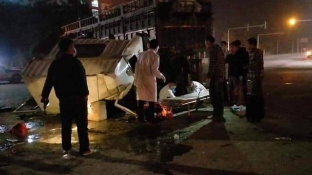 Xe tải va chạm với xe đầu kéo, 6 người bị thương - Ảnh 1.