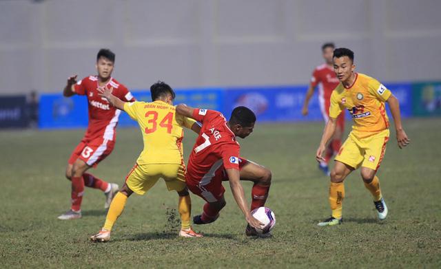 HLV Trương Việt Hoàng: Mặt sân Thanh Hóa không đảm bảo, cả hai đội toàn chuyền dài - Ảnh 1.