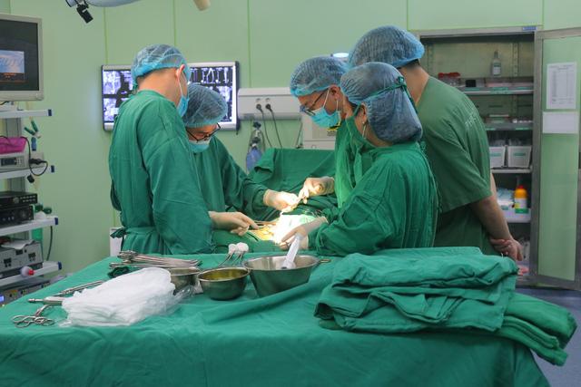 Phẫu thuật cầu nối động mạch bằng mạch nhân tạo cho bệnh nhân cao tuổi - Ảnh 1.