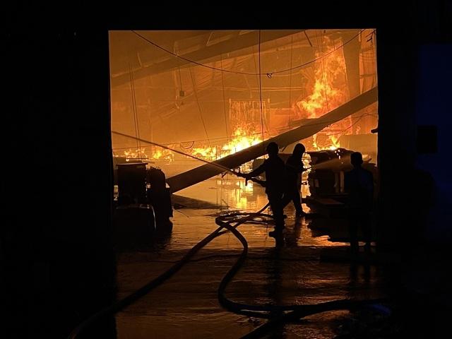 Bình Dương: Khống chế đám cháy lớn tại công ty sản xuất đồ gỗ - Ảnh 1.