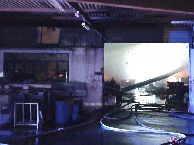 Bình Dương: Khống chế đám cháy lớn tại công ty sản xuất đồ gỗ - Ảnh 3.