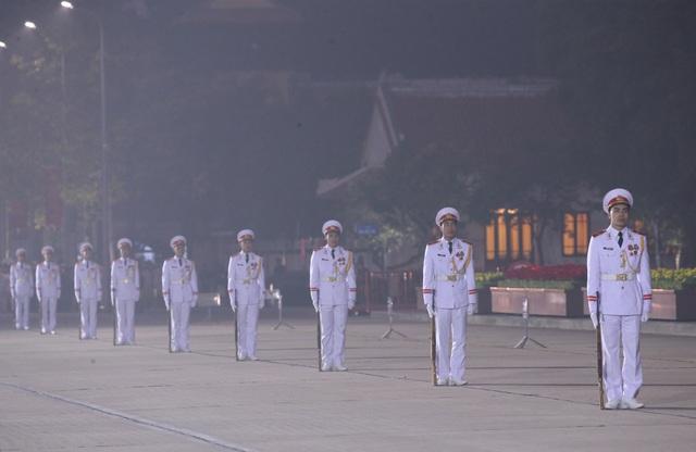 Đại biểu dự Đại hội XIII của Đảng vào Lăng viếng Chủ tịch Hồ Chí Minh - Ảnh 6.