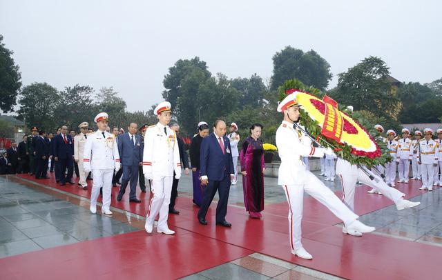 Đại biểu dự Đại hội XIII của Đảng vào Lăng viếng Chủ tịch Hồ Chí Minh - Ảnh 10.