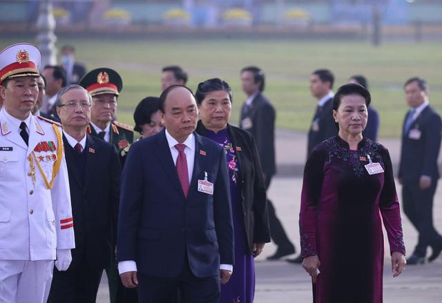 Đại biểu dự Đại hội XIII của Đảng vào Lăng viếng Chủ tịch Hồ Chí Minh - Ảnh 2.