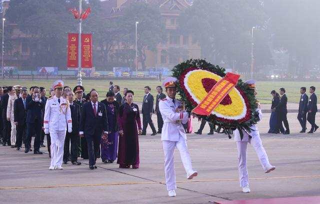 Đại biểu dự Đại hội XIII của Đảng vào Lăng viếng Chủ tịch Hồ Chí Minh - Ảnh 1.