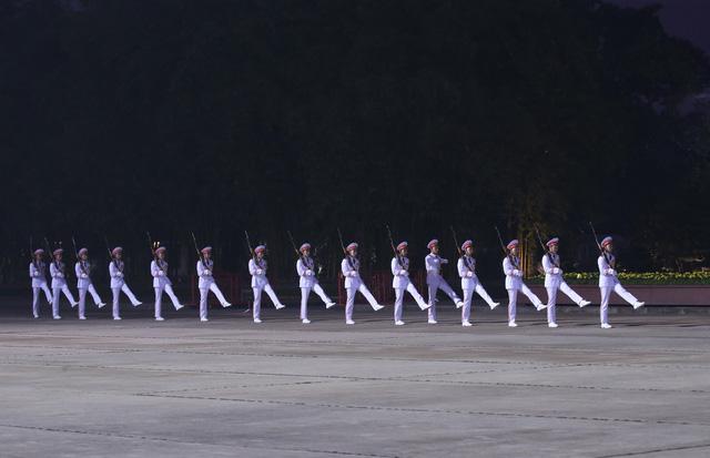 Đại biểu dự Đại hội XIII của Đảng vào Lăng viếng Chủ tịch Hồ Chí Minh - Ảnh 9.