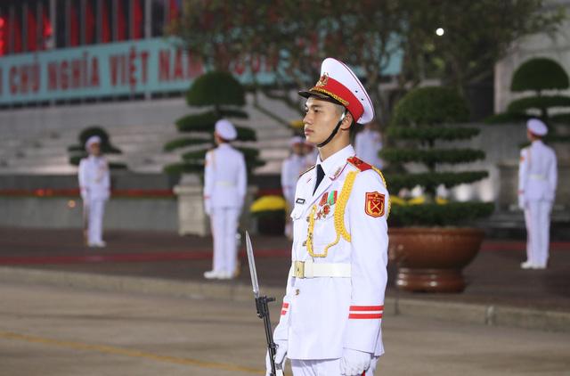 Đại biểu dự Đại hội XIII của Đảng vào Lăng viếng Chủ tịch Hồ Chí Minh - Ảnh 7.