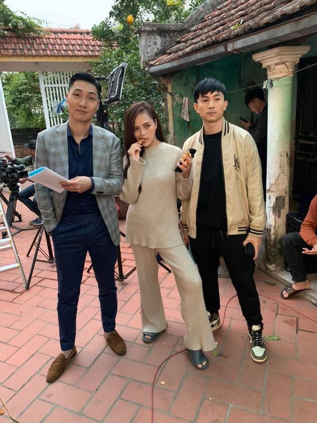 Thu Quỳnh khoe ảnh sánh đôi với Mạnh Trường trong phim mới - Ảnh 1.