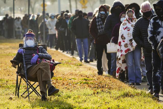 Những thợ săn vaccine chờ được tiêm liều cuối ngày tại Mỹ - Ảnh 1.
