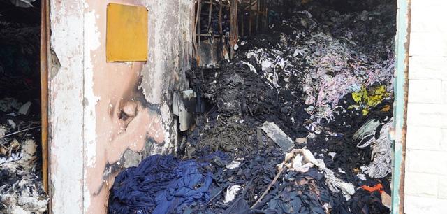Cháy lớn thiêu rụi kho vải 350 m2 tại huyện Hóc Môn - Ảnh 1.