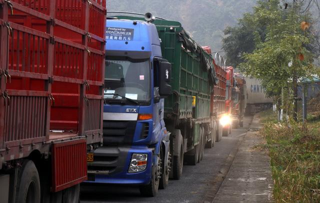 Hàng nghìn xe container chở hàng bị mắc kẹt ở cửa khẩu Kim Thành - Lào Cai - Ảnh 1.