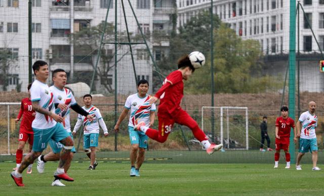 Giao hữu: ĐT nữ Việt Nam trút cơn mưa bàn thắng vào lưới cựu cầu thủ Hà Nội - Ảnh 1.