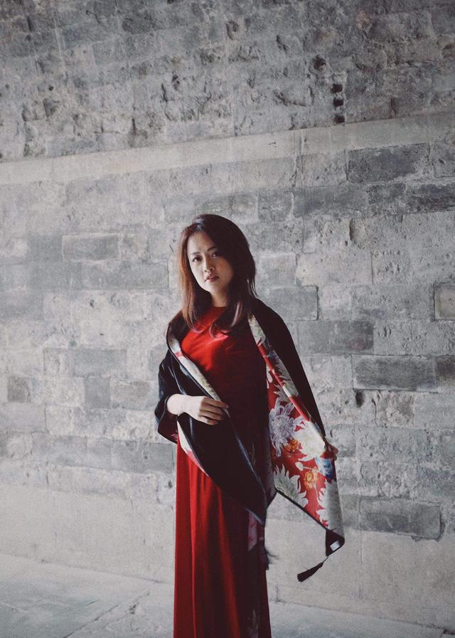 MC Minh Hằng khoe bộ ảnh áo dài Tết với góc máy độc lạ - Ảnh 2.