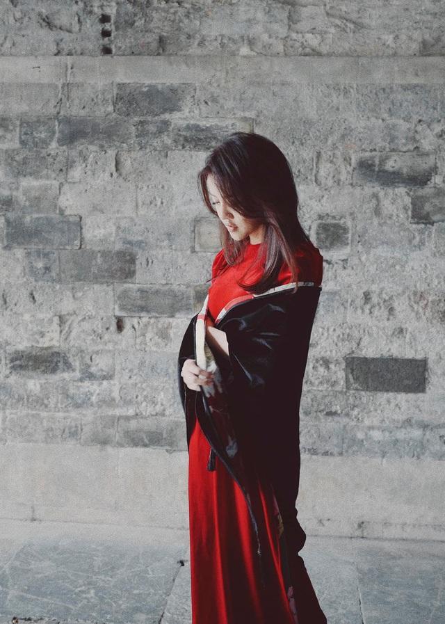 MC Minh Hằng khoe bộ ảnh áo dài Tết với góc máy độc lạ - Ảnh 1.