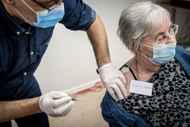 Đức xem xét kéo dài thời gian giữa 2 mũi tiêm vaccine COVID-19 - Ảnh 2.