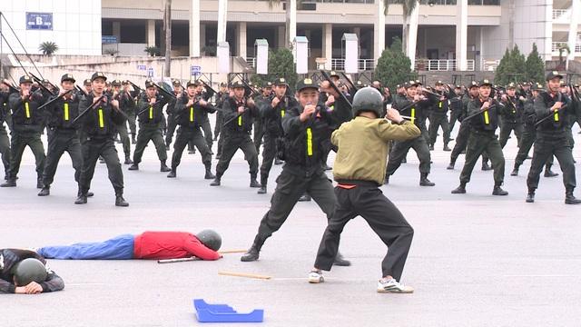 ẢNH: Diễn tập xử lý gây rối, đánh bắt khủng bố bảo vệ Đại hội XIII của Đảng - Ảnh 1.