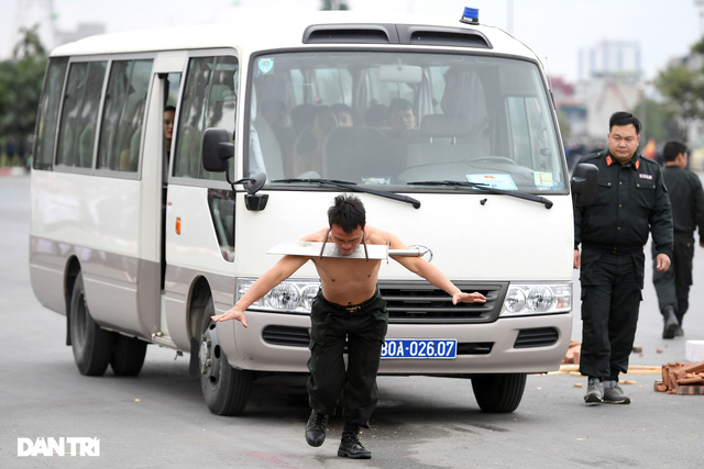 ẢNH: Diễn tập xử lý gây rối, đánh bắt khủng bố bảo vệ Đại hội XIII của Đảng - Ảnh 6.