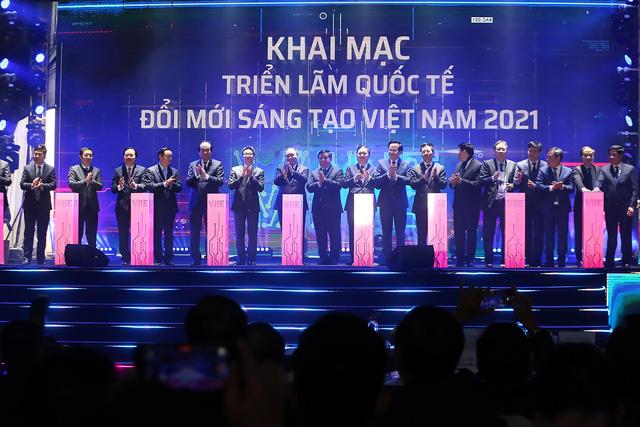 Thủ tướng Nguyễn Xuân Phúc: Không đổi mới sáng tạo sẽ mắc kẹt trong hố năng suất thấp - Ảnh 1.