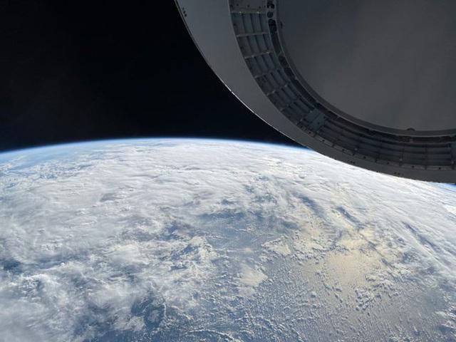 Ngỡ ngàng với bức ảnh chụp Trái Đất từ ngoài không gian bằng iPhone 12 - Ảnh 2.