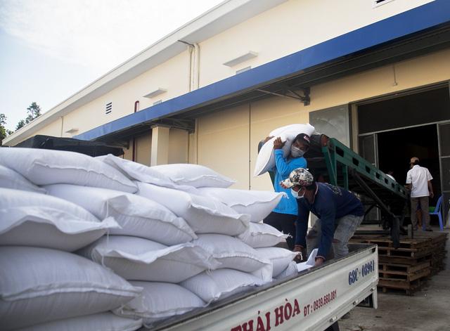 """Nghị quyết 128 gỡ """"nút thắt"""" thiếu lao động cho doanh nghiệp xuất khẩu gạo - ảnh 1"""