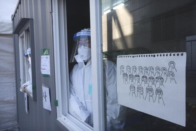 Hơn 103,4 triệu người mắc COVID-19 trên thế giới, một số nước châu Á gia hạn biện pháp hạn chế - Ảnh 2.