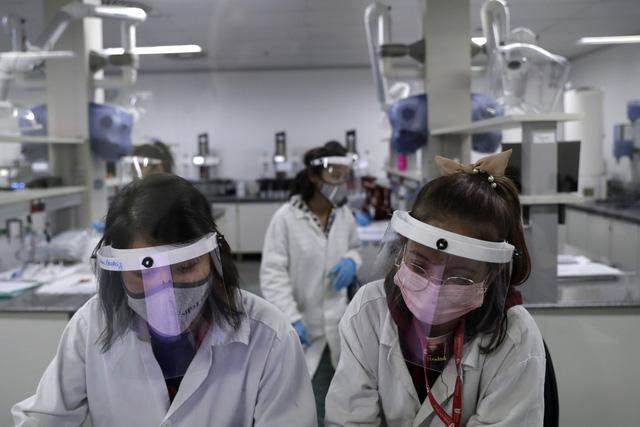 Hơn 103,4 triệu người mắc COVID-19 trên thế giới, một số nước châu Á gia hạn biện pháp hạn chế - Ảnh 1.
