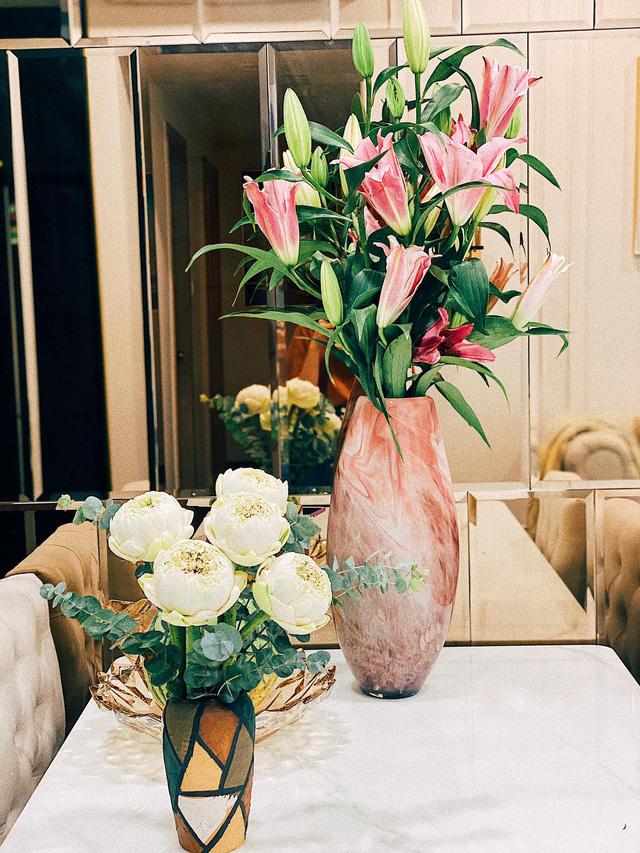 Căn hộ vừa đẹp vừa sang của Hồng Loan sáng bừng vì hoa dịp Tết - Ảnh 3.
