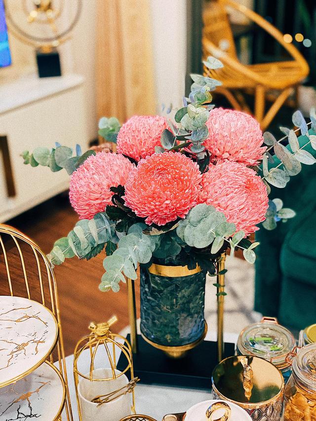 Căn hộ vừa đẹp vừa sang của Hồng Loan sáng bừng vì hoa dịp Tết - Ảnh 4.