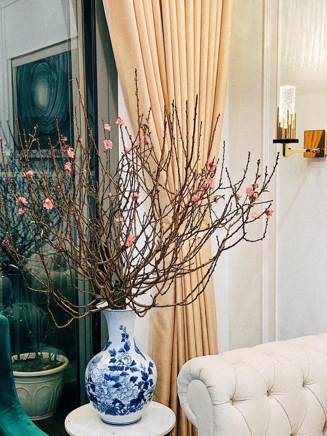 Căn hộ vừa đẹp vừa sang của Hồng Loan sáng bừng vì hoa dịp Tết - Ảnh 9.