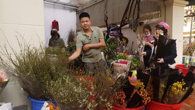 Người dân Hà Nội hối hả mang hoa về nhà trong ngày cuối của năm Âm lịch - Ảnh 4.