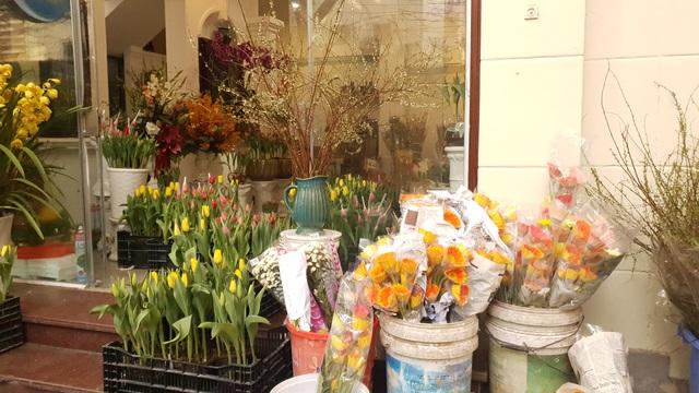 Người dân Hà Nội hối hả mang hoa về nhà trong ngày cuối của năm Âm lịch - Ảnh 5.