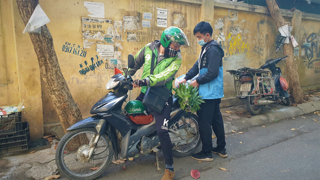 Người dân Hà Nội hối hả mang hoa về nhà trong ngày cuối của năm Âm lịch - Ảnh 7.