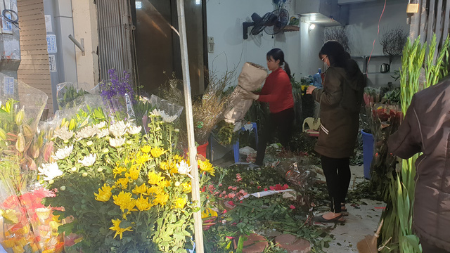Người dân Hà Nội hối hả mang hoa về nhà trong ngày cuối của năm Âm lịch - Ảnh 6.